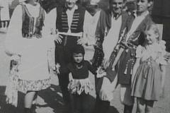 1962 grupa przed ogniskiem 2