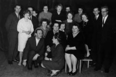 1964 grupa nauczycieli i rodziców