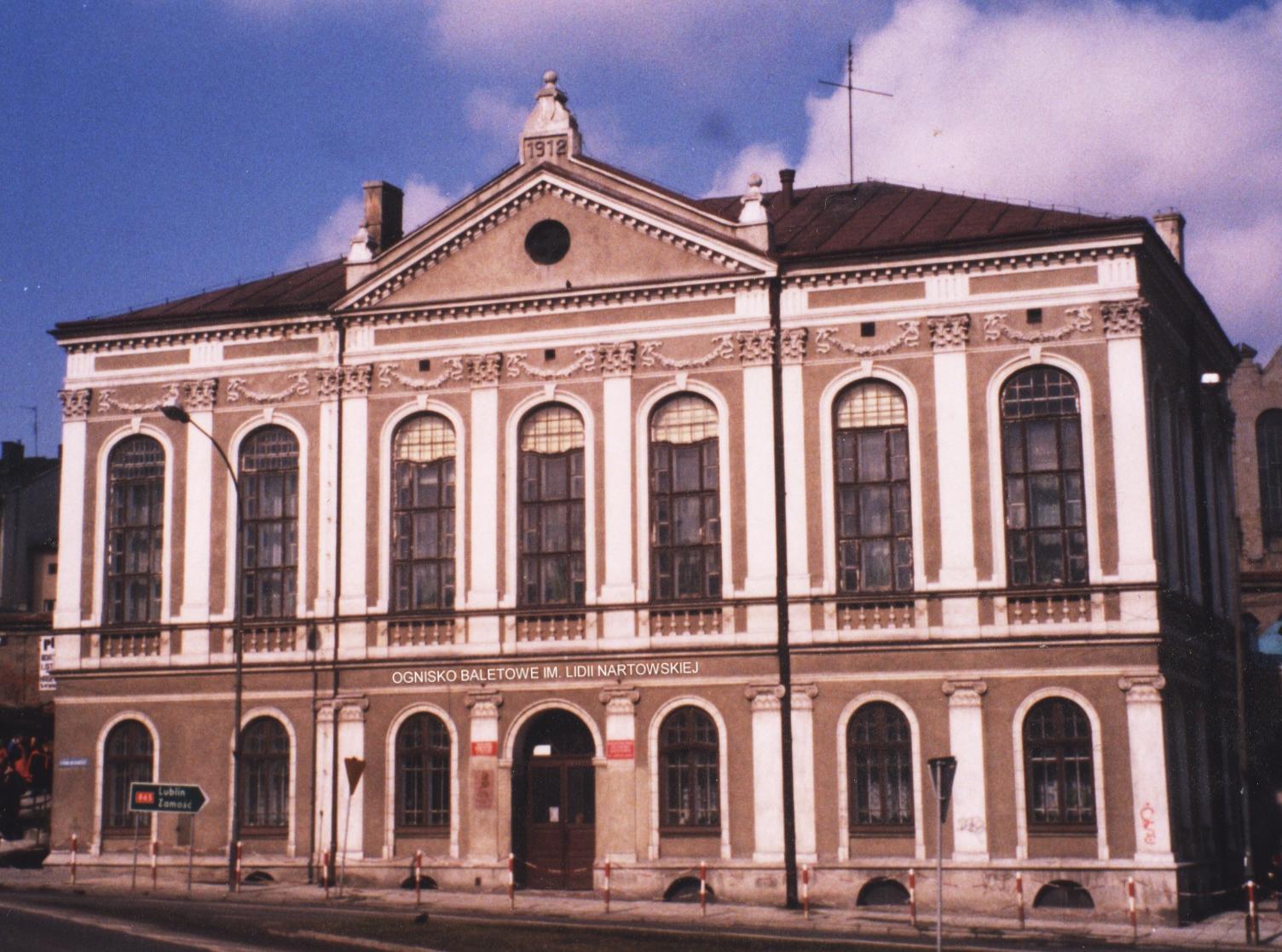 2000 budynek Ogniska I NAPIS